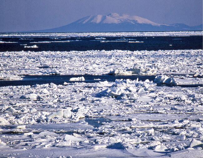 オホーツク海の「青」と流氷の「白」、知床連峰が美しいコントラストをつくる