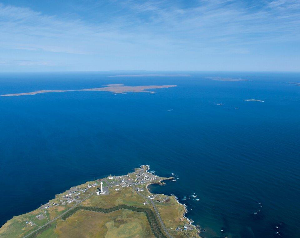 納沙布岬から望む北方領土。わずか数㎞先にある