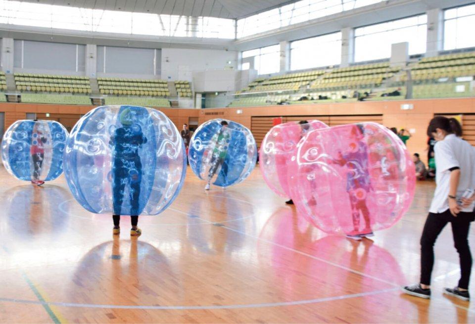 ヘアサロンチェーン・ニューロードの運動会。バブルボール着用で押し合うバブルロワイヤル、パーマをかける際に髪に器具を巻く「ワインディング」を盛り込んだ障害物競走などを行った