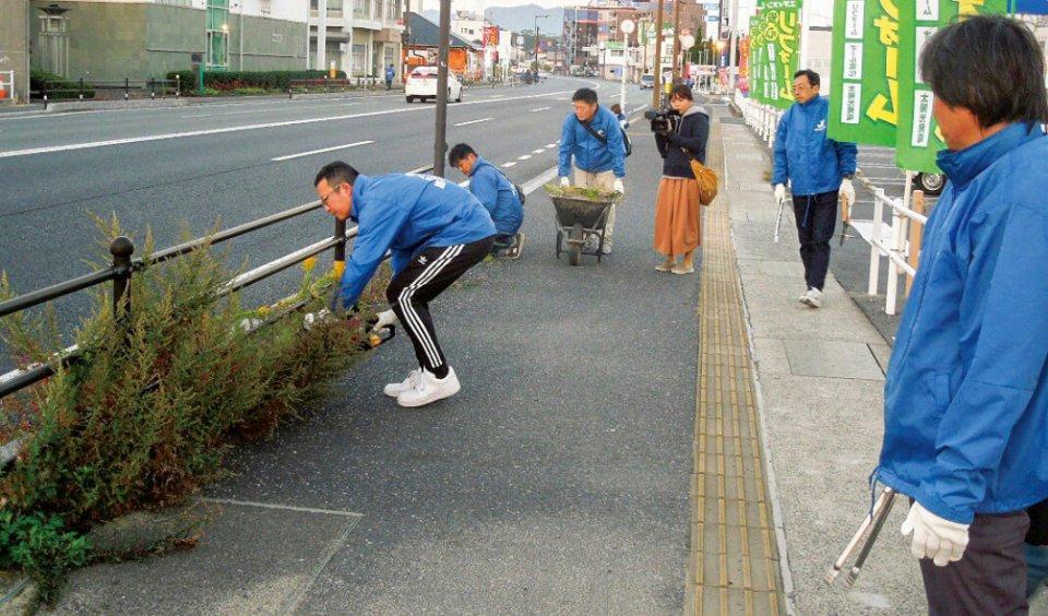 ⑤清掃作業を行う光YEGのメンバーたち(光YEG)