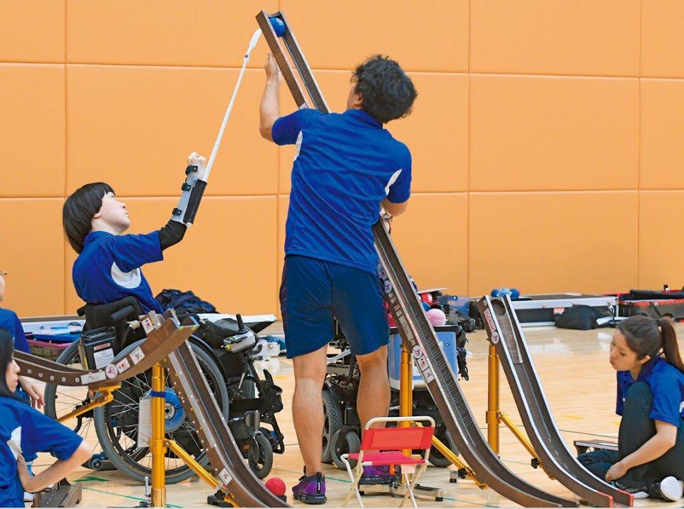 強化合宿で、峠田佑志郎アシスタントと1球ごとに話し合い、「二人のプレー」を磨く、高橋和樹選手(左) 撮影:吉村もと