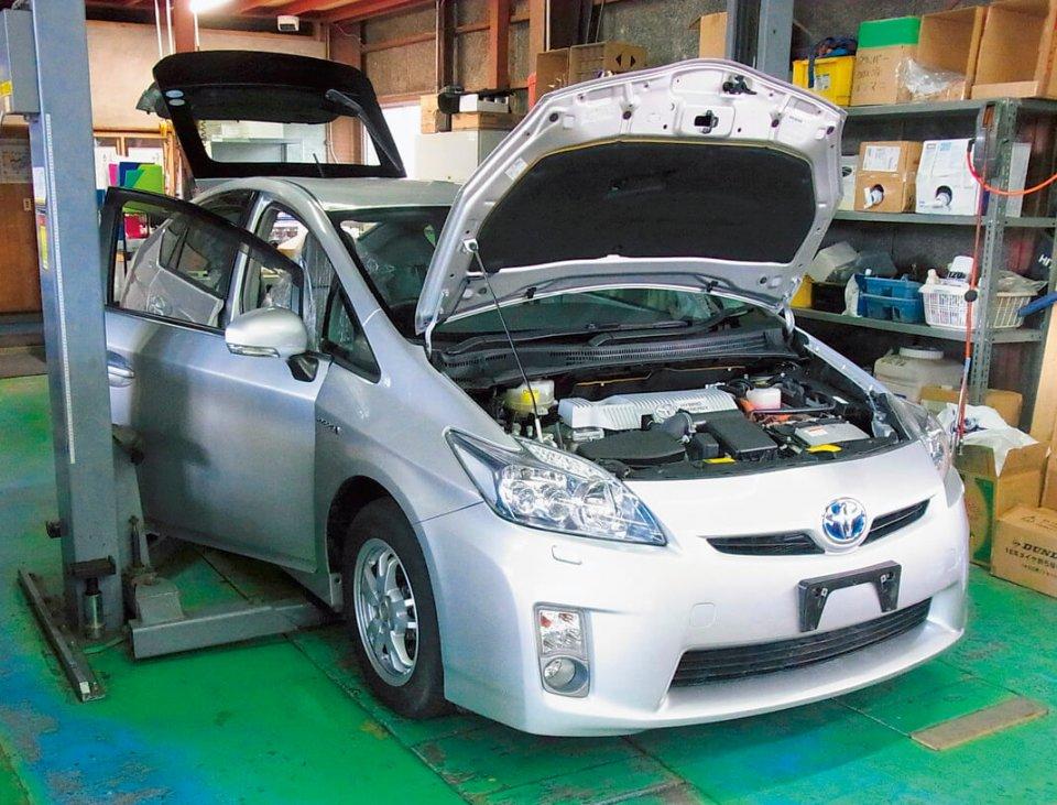 エコマイズにかかる日数は3週間が目安で、1カ月7〜10台ペースで生産している。エンジンルーム内も整然としており、メーカーの新車保証も適用される。自動車メーカー保証対象外部分はケイテック独自の保障でカバーでき、安心だ
