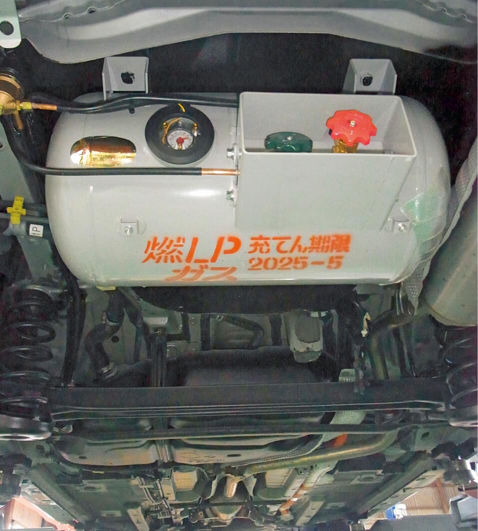 車体の床下に収納されたLPガス燃料タンクは、国の基準をクリアしたもので、ガソリンタンクよりも頑丈。操作性、乗り心地も違和感はない