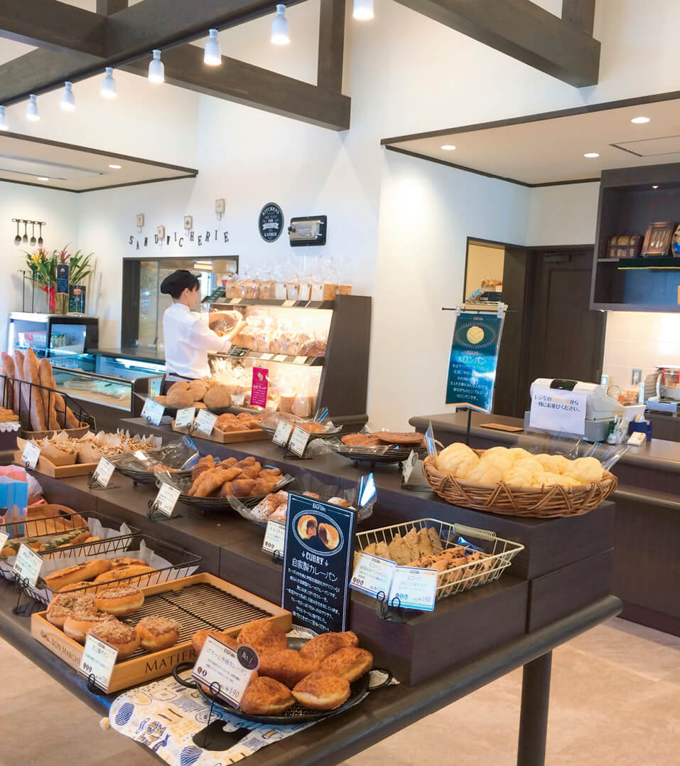 店頭には常時100種類以上の焼きたてパンやサンドイッチ、お菓子が並ぶ