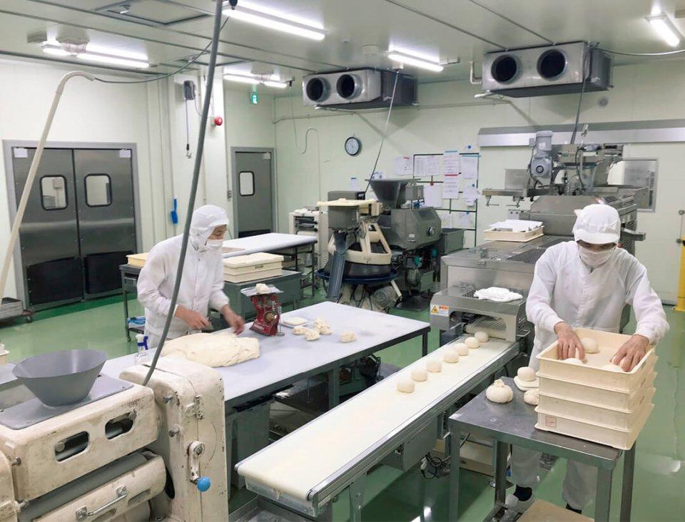 高倉工場内の成形室。いろいろな種類のパンが成形されている