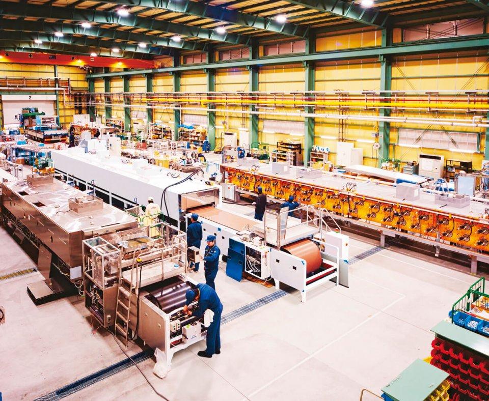 2018年12月に完成した入間工場で、製造機械を組み立てている