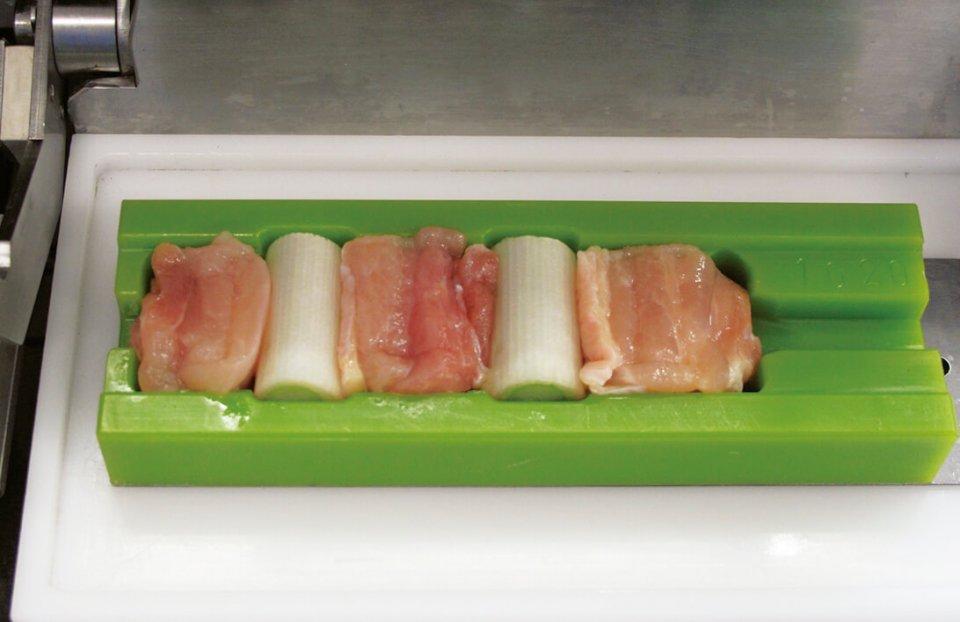 緑のトレーに食材を並べると、中心に串を刺せる仕組みだ