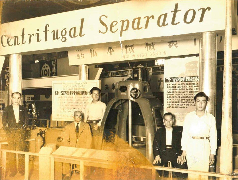 医薬品用遠心分離機の分野で国内シェアトップの礎を築いた初代社長(左から2番目)