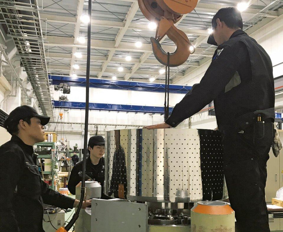働きやすい環境に整備された新工場内で行われる組み立て作業
