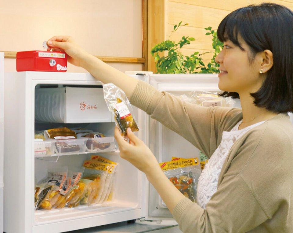 自動販売機と冷蔵庫、専用ボックスを設置。オフィス内の小売りではなく、サブスク展開のBtoBで従業員に提供する点が画期的だ