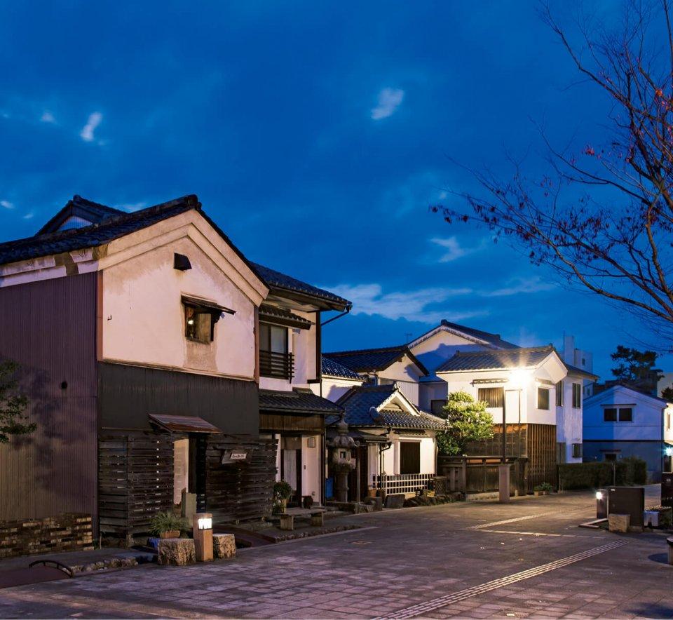 蔵の辻(夜):武生まちなかのシンボルゾーン。木造店舗や蔵が並びレトロな雰囲気を醸し出す