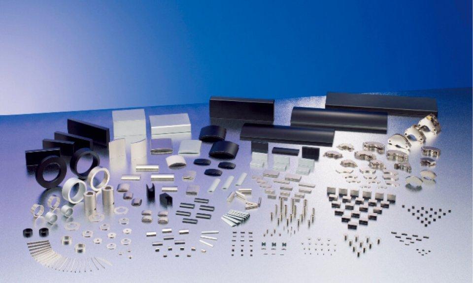 レア・アースマグネット:磁気を用いるハードディスクやMRIなどに使用される電子部品