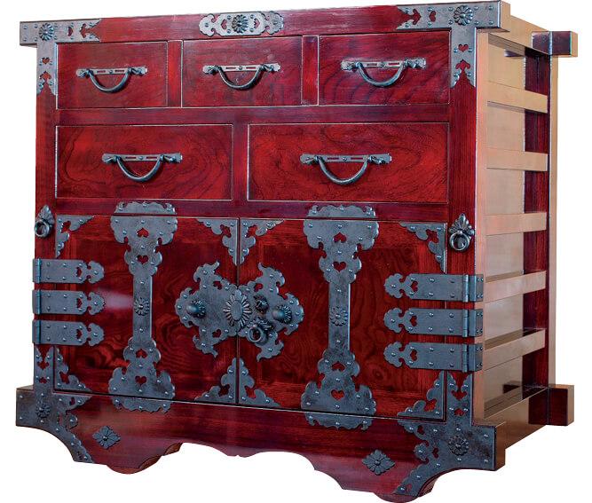 越前箪笥:ケヤキやキリなどが原材料。平成25(2013)年に国の伝統的工芸品に指定された