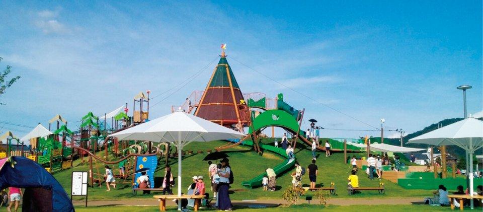 からすのパンやさんのかざぐるま塔:武生中央公園内のだるまちゃん広場に設置された複合遊具