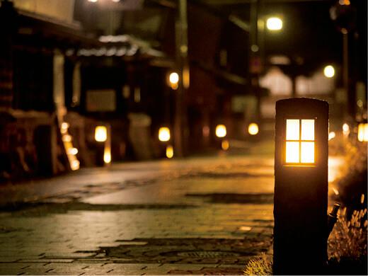 寺町:多くの寺社が集まり、石灯ろうやつり灯ろうが並ぶ石畳が施された情緒ある通り。夜には石灯ろうに火が灯(とも)る