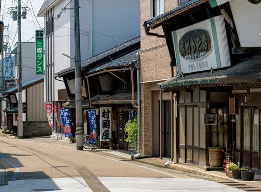 タンス町:越前箪笥などの家具店や工房が集まっている