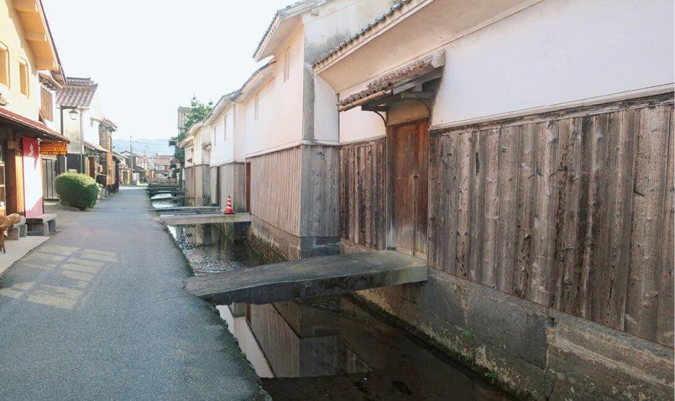 店の裏側には、白壁土蔵が並び玉川が流れる