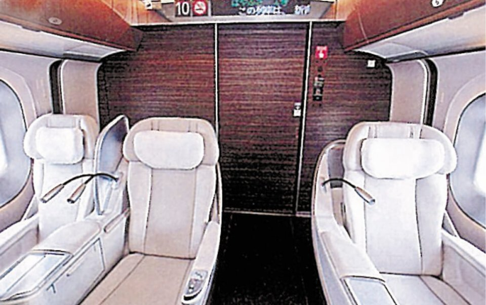 新幹線の客室とデッキを仕切る「妻パネル」。近年ではデザイン性が高くなり、高い技術が求められている
