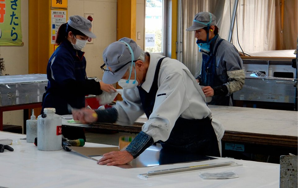製造現場は主に「下拵(したごしら)え」「溶接」「艤装(ぎそう)」のセクションに分かれており、社員の適性に応じて配属されている