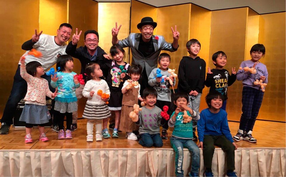 家族同伴の社内イベントでマジックショーを開催したときの様子