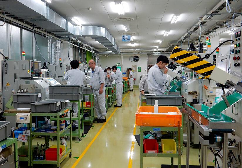 作業現場では社員が1人1台の機械を担当し、生き生きと仕事に当たっている