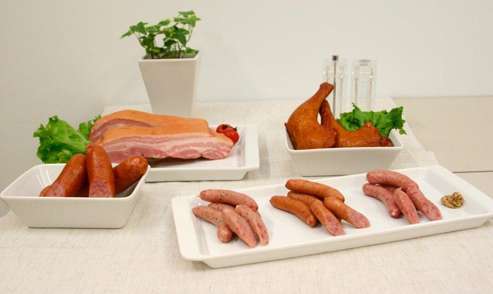 手前右:道産豚肉使用あらびきウインナー3種(左からモッツアレラソーセージ、ポークウインナー、ホワイトウインナー)いずれも1袋126g・260円(税別) 手前左:ポークソーセージ180 180g・300円(税別)