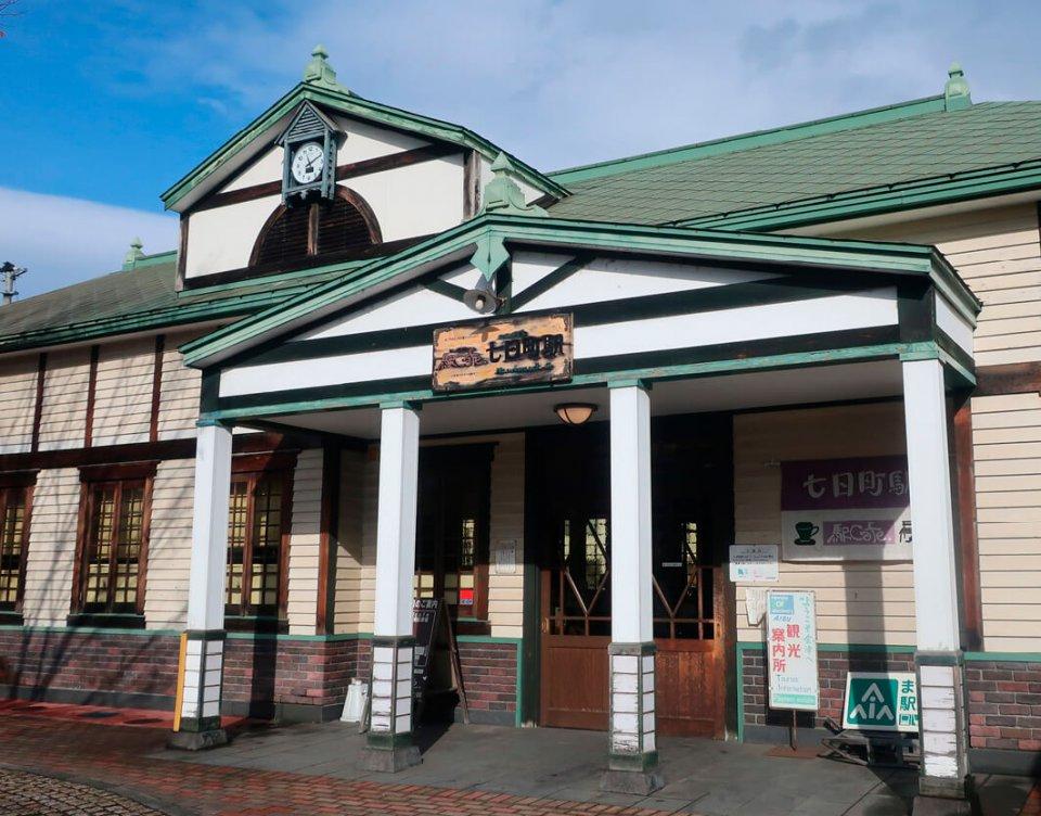 無人駅の七日町駅をJRから借り受け、県の補助金などで洋館風に改修した「駅カフェ」。中では会津地方の雑貨や土産物も販売