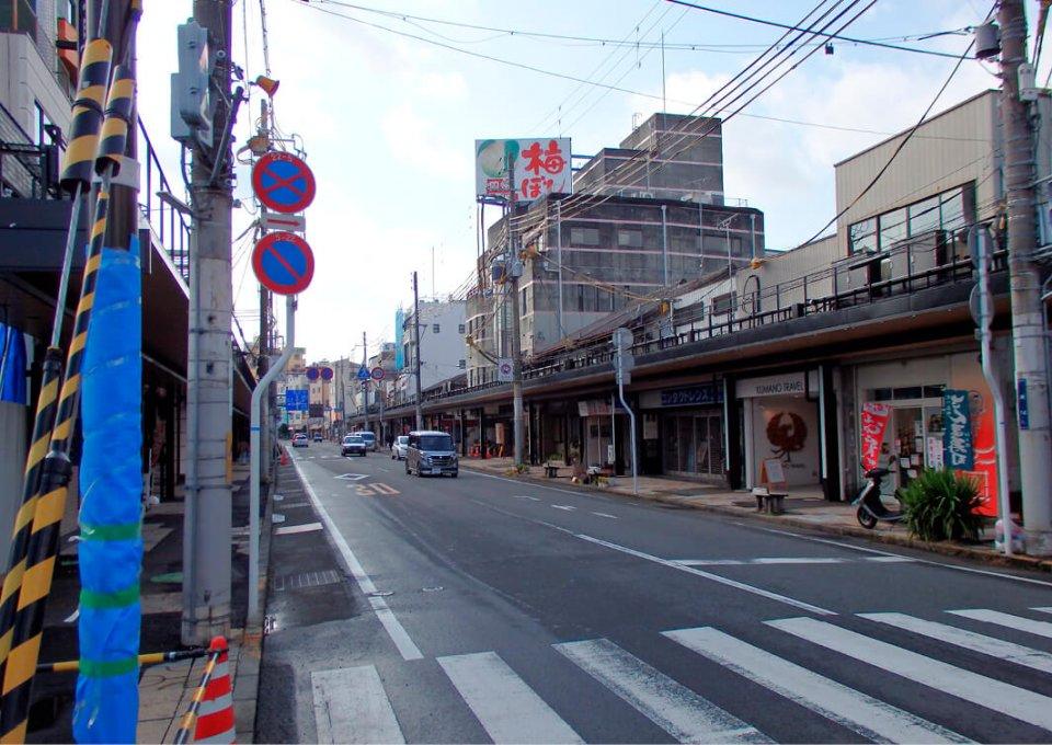 商店が並ぶ駅前通りは、駅前空間の景観刷新事業によってアーケードやアーチが撤去され、すっきりとした印象になった