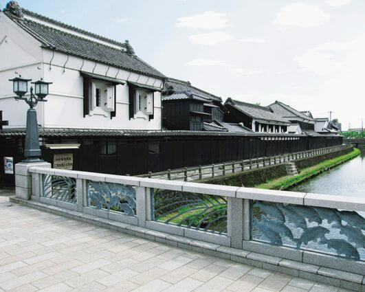 巴波川沿いに巡らされた黒塀と白壁土蔵が見どころの「塚田歴史伝説館」