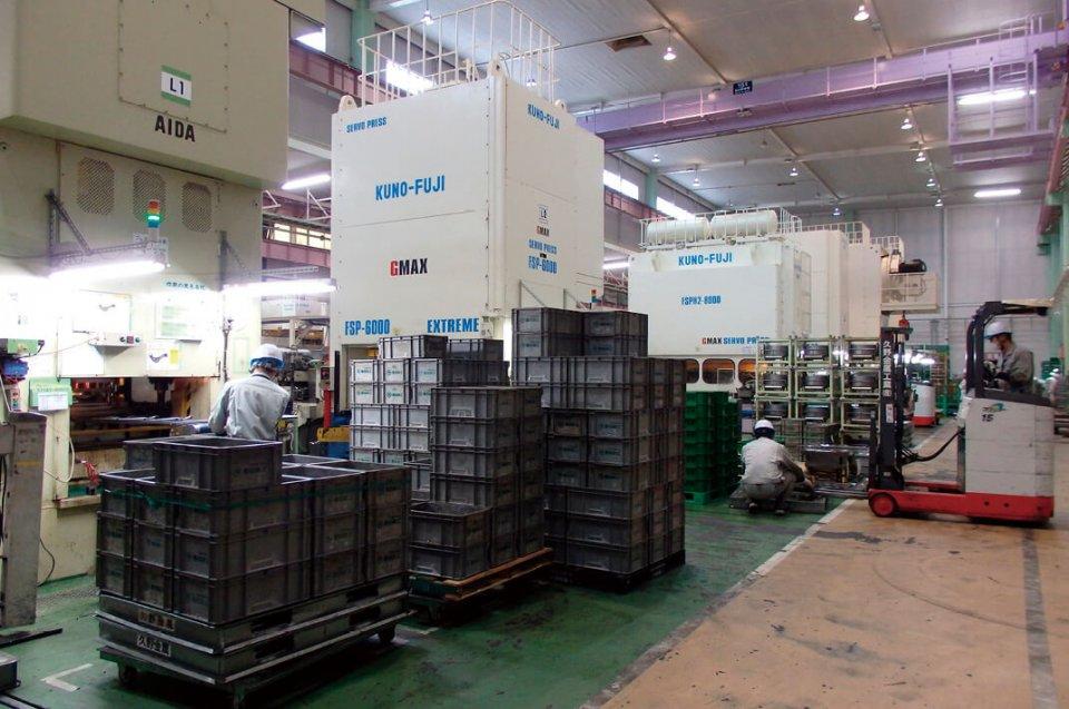 常滑本社工場のプレスフロアには、プレス作業の動作を自在に変えることができる「GMAXサーボプレス」など、プレスメーカーと共同開発した最新の生産用設備が導入されている