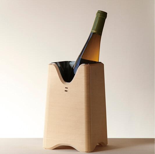 スリムタイプでワインや日本酒などを立てて保冷する「SANBOUボトルクーラー」