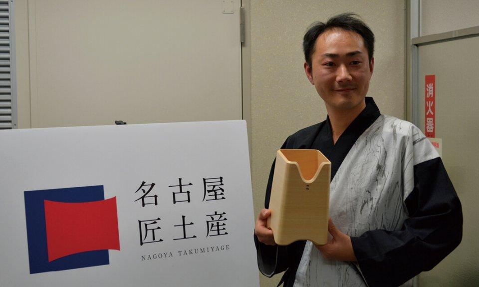 ボトルクーラーを手にする岩田三宝製作所の岩田康行さん