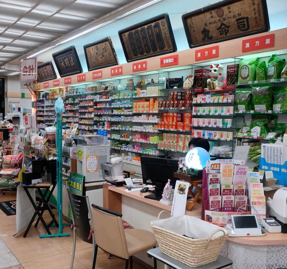 本店の店内では、薬剤師が患者のさまざまな医療相談にも乗っている