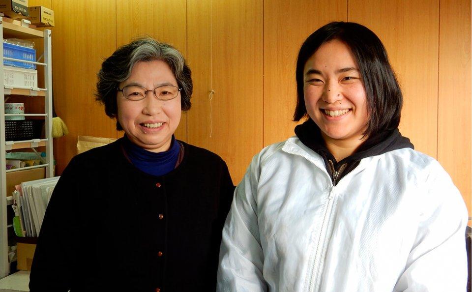 「営業経験が全くなかったので、地元の宮古商工会議所の相談会や勉強会に出て、言われたことを素直に実践しています」と語る大濱千佐喜さん(右)と母で社長の大濱晴美さん