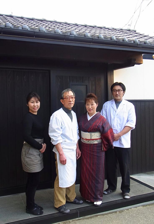 左から息子の妻の朋美さん、親方の明生さん、智子さん、息子の光二さん。男性2人が厨房を、女性2人が客席フロアを担当