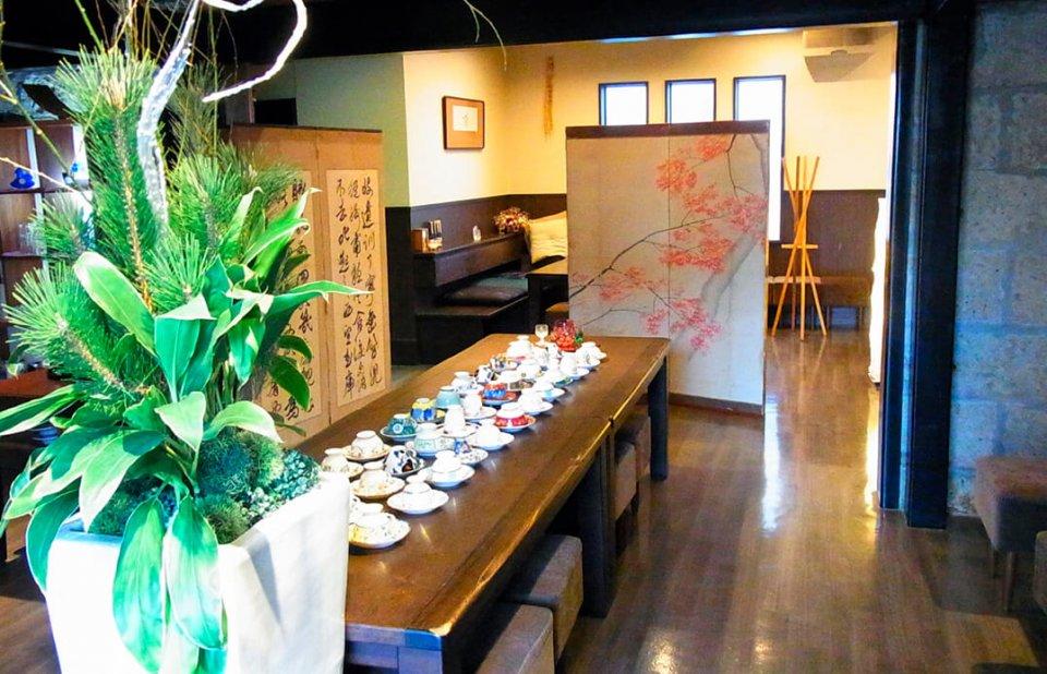 別館の和モダンなレストランは9時半から開店し、好きなコーヒーカップでひと息つける空間に。本館2階には格調高い大広間や個室を用意