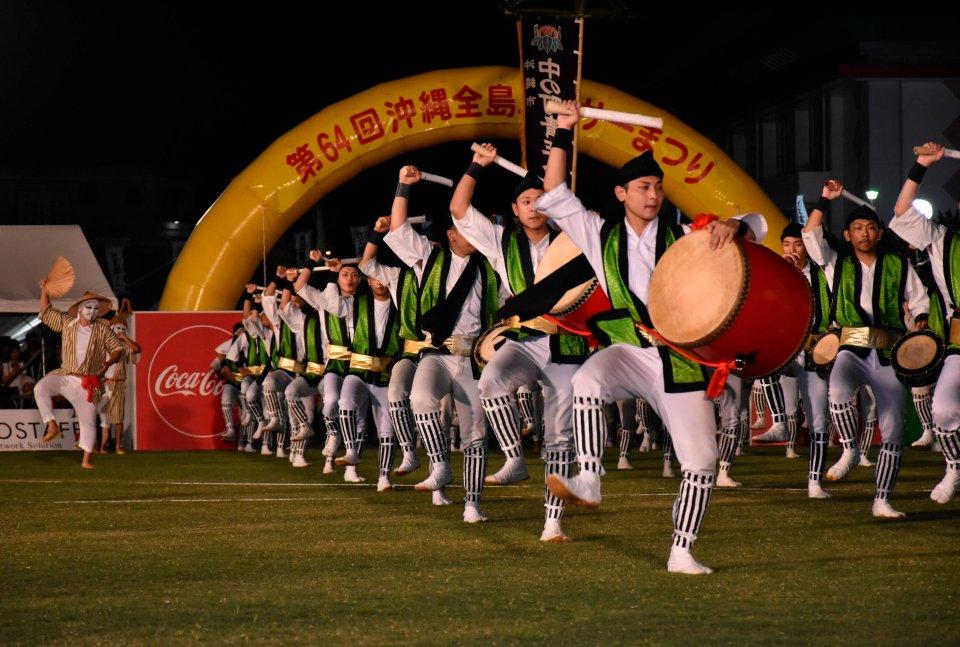 全島エイサー:毎年旧盆の翌週末に3日間にわたり開催される県内最大のエイサーイベント