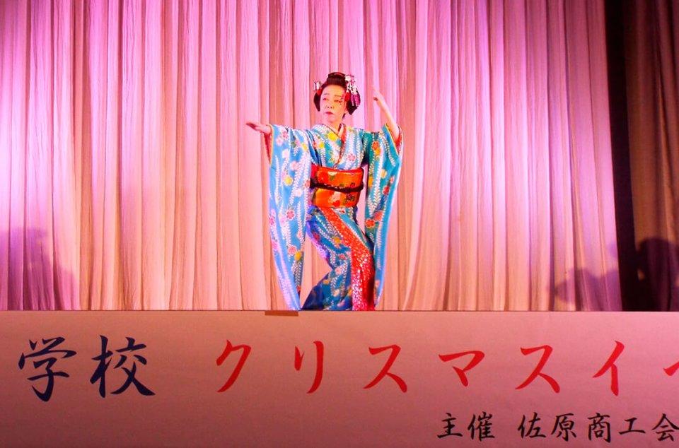 神南小学校のクリスマスイベントで大河寛十音さんが優雅な舞踊を披露