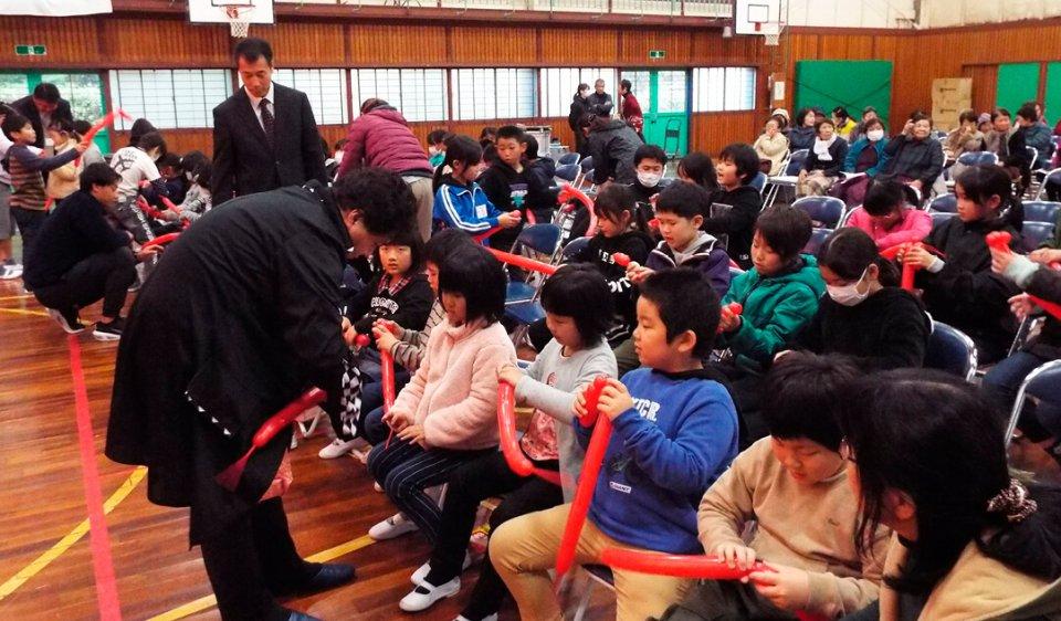 子どもたちもバルーンアートを楽しんだ