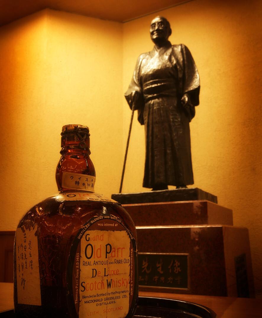 館内には吉田茂元首相が愛飲したウイスキーのボトルと銅像が展示されている