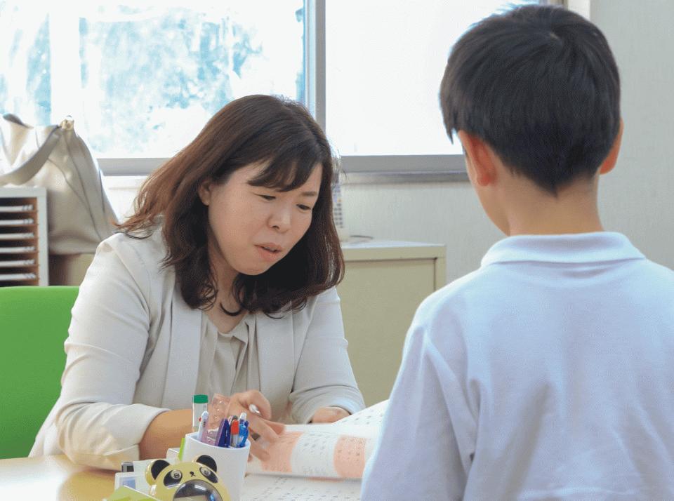 学研教室で子どもたちに教える代表社員の高橋純氏