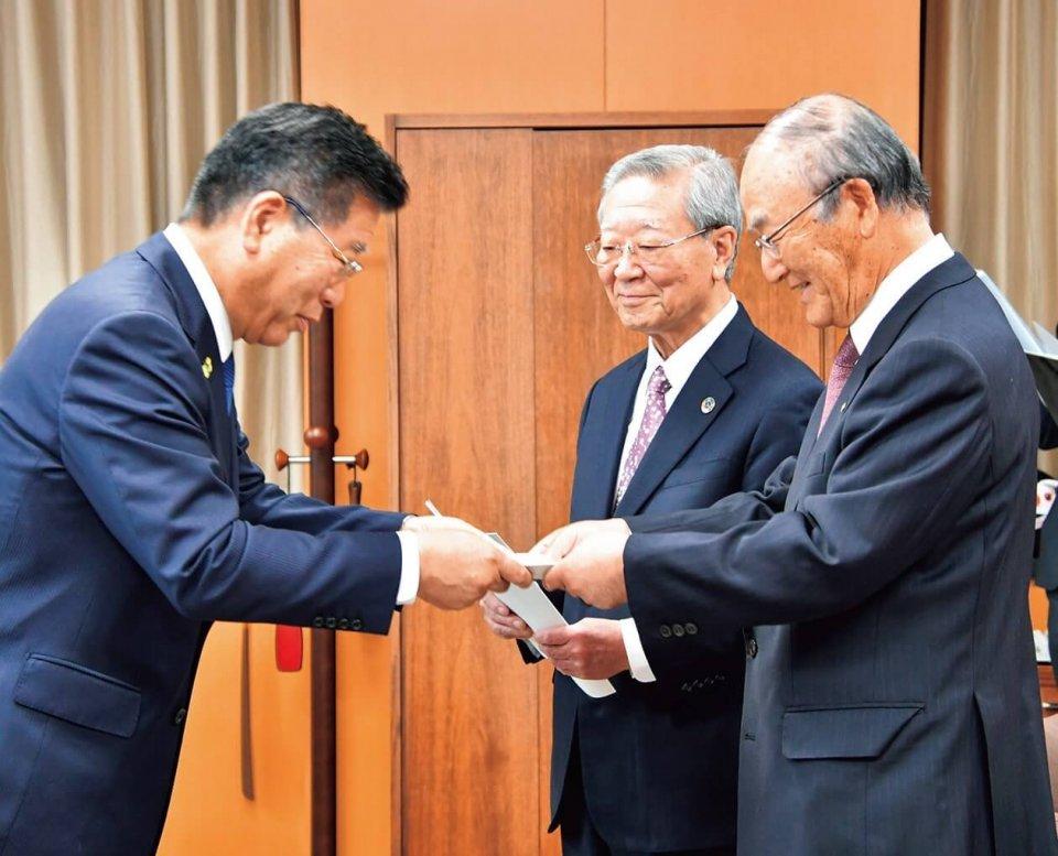衛藤大臣(左)から要請書を手交される三村会頭(右)と中西会長