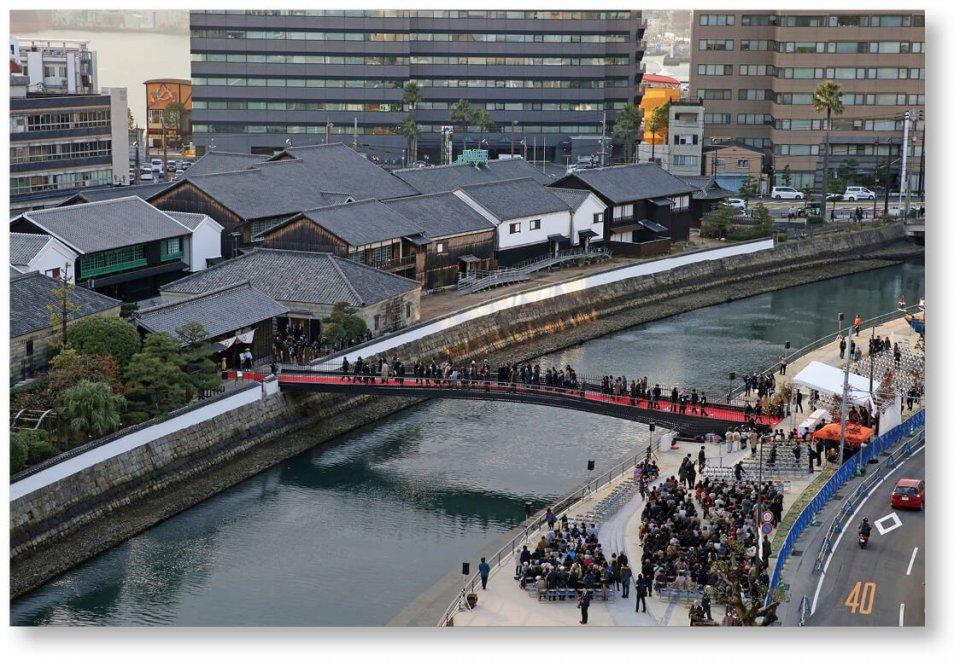 出島表門橋:2017年に行われた完成記念式典の様子(長崎新聞社提供)