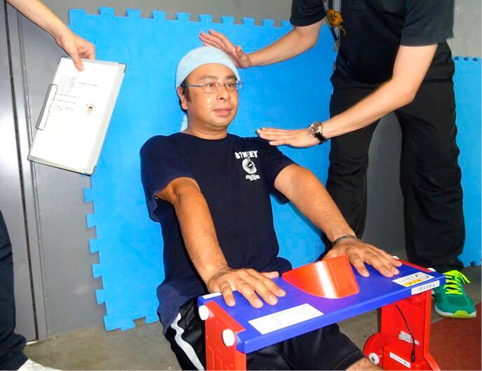 メタボ改善プログラムでは、産業医と協会けんぽによる食生活・運動の改善指導を受けながら、体重や体力測定の結果をチームに分かれて競い合う