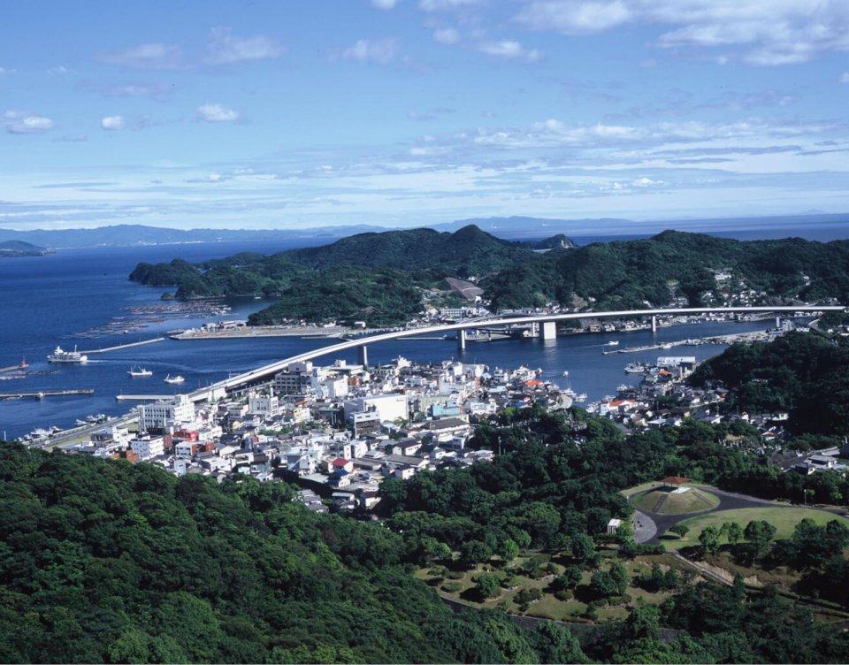 牛深の市街全景、牛深港とハイヤ大橋を望む