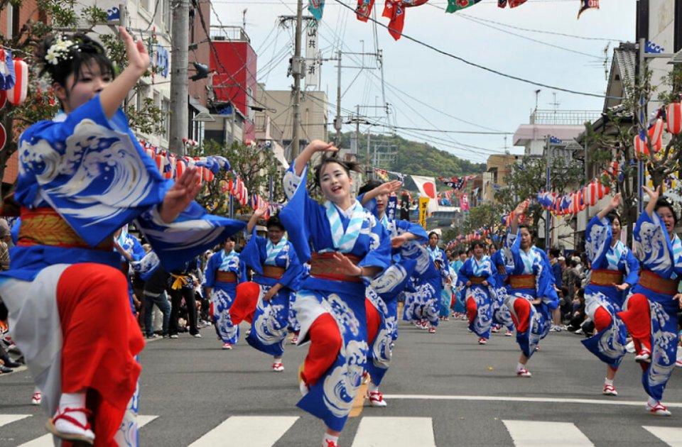 牛深ハイヤ祭りでの牛深高校の生徒たちによるハイヤ踊り