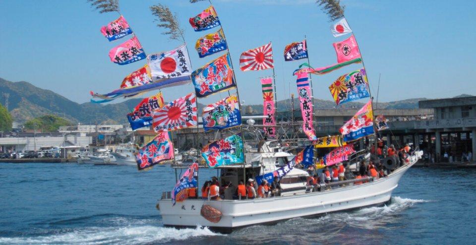 牛深ハイヤ祭りの漁船団海上パレード