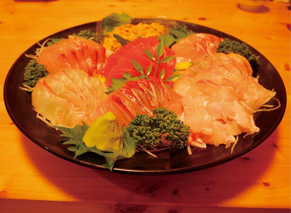 益田会頭が経営するスーパー、いわしやには新鮮な刺し身が並ぶ