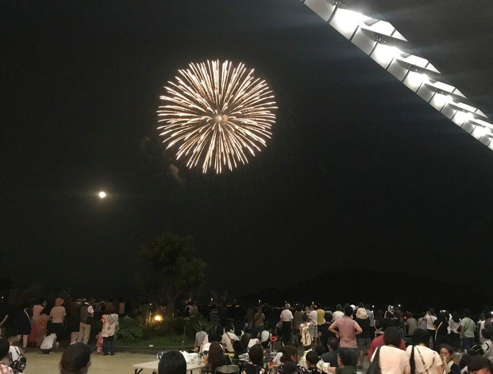 8月開催の納涼夏祭りを盛り上げる花火