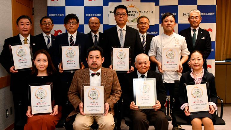 受賞8店舗の代表者ら